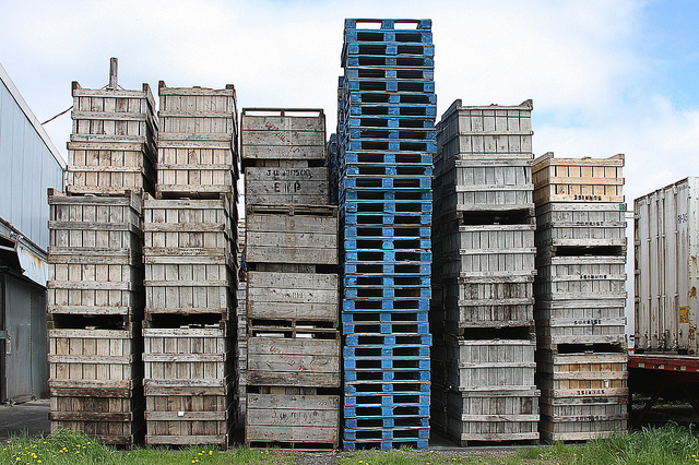 Reusing pallets for green warehousing