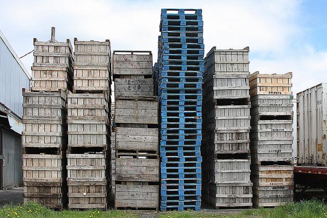 Reusing pallets for green warehousing